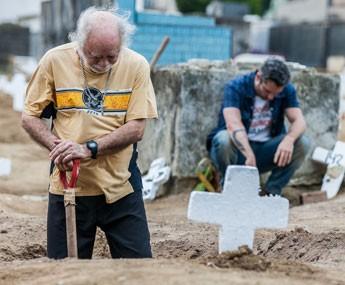 Romero manda Ascânio cavar sua própria cova (Foto: Artur Meninea / Gshow)