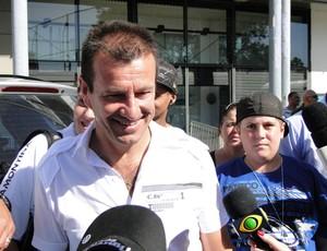 Dunga deu autógrafos e tirou fotos no Olímpico (Foto: Hector Werlang/Globoesporte.com)
