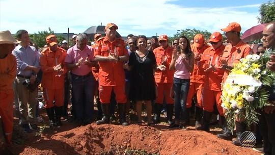 Enterrado bombeiro morto a tiros ao socorrer casal perseguido na Bahia