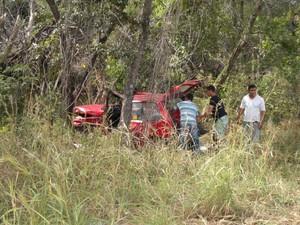 Com a colisão veículo foi parar dentro do mato. (Foto: Natália Jael / Intertv)