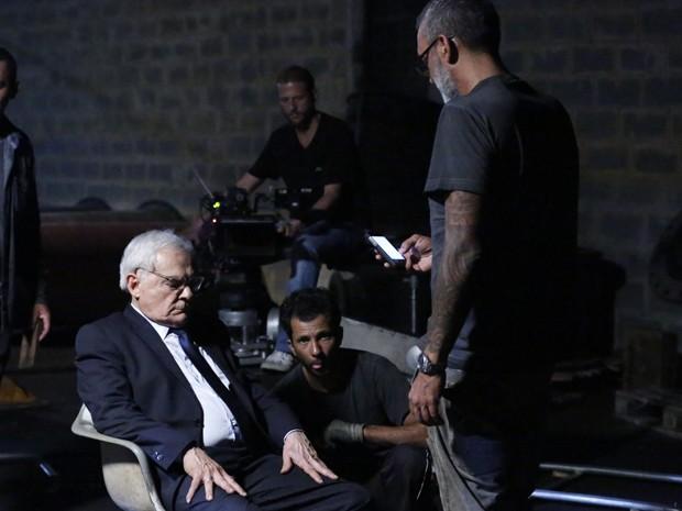 Diretor Papinha orienta Othon Bastos antes da cena (Foto: Ellen Soares/Gshow)