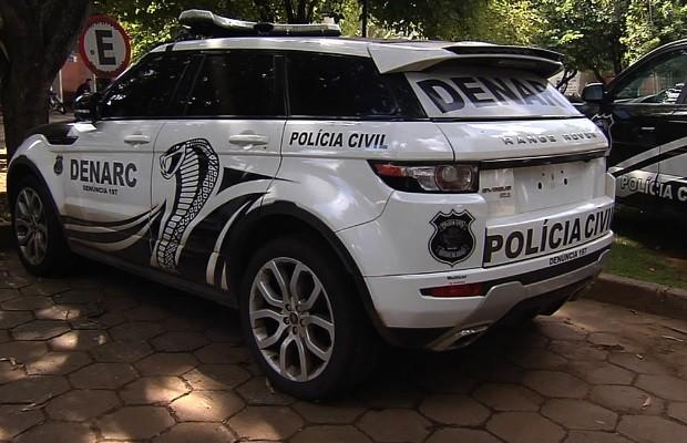 Carros de luxo apreendidos em prisão de traficantes são usados pela polícia em GoIânia, Goiás (Foto: Reprodução/Jornal Nacional )