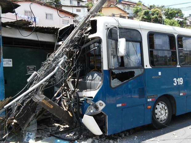 ônibus bate em poste no vasco da gama (Foto: Reprodução/ WhatsApp)