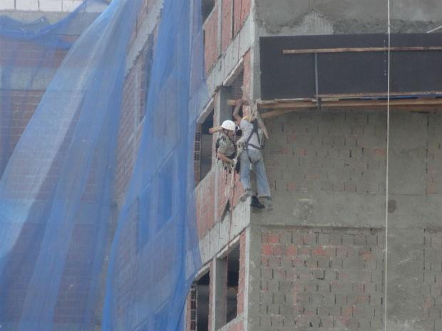 Trabalhador que ficou pendurado por meia hora não se feriu (Foto: Wander Antonio Felipe)
