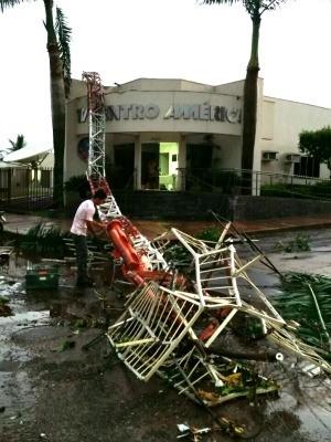Temporal derrubou torre da TV Centro América em Tangará da Serra. (Foto: Jefferson Zapelaro / TVCA)
