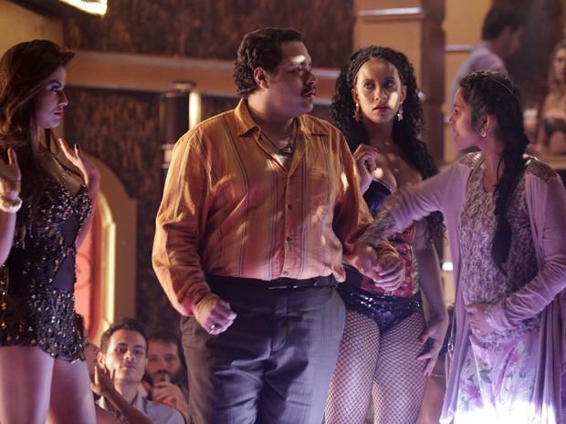 Tamar entende tudo errado e tira Demir do palco da boate (Foto: Salve Jorge/TV Globo)