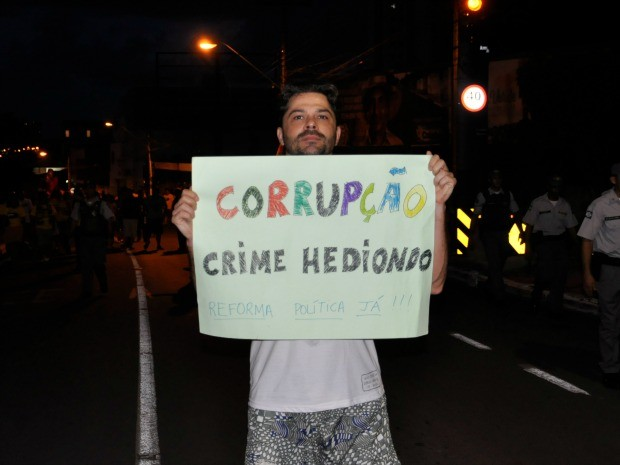 Manifestantes pediram o fim da corrupção em Cuiabá. (Foto: Carlos Palmeira / G1)