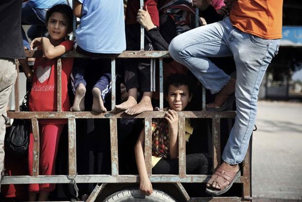 Palestinos fogem de bombardeios israelenses no norte da Faixa de Gaza nesta segunda-feira (21) (Foto: Finbarr O'Reilly/Reuters)