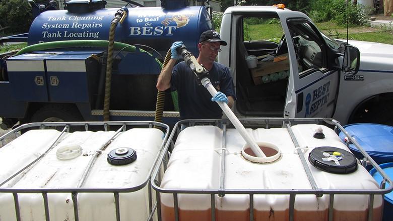 Caminhão recolhe urina já tratada para levar para a plantação (Foto: Abe Noe Hays)