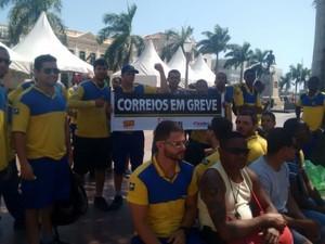 Funcionários se reuniram na Praça São Salvador na manhã desta quarta-feira (16) (Foto: Filipe Lemos/Campos 24 horas)