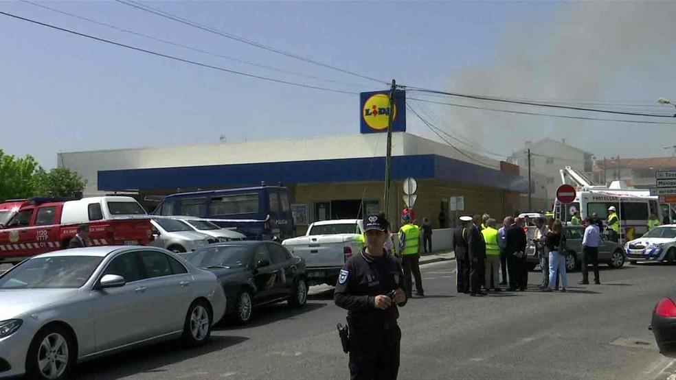 A aeronave se acidentou no armazém de um supermercado (Foto: Reuters TV)