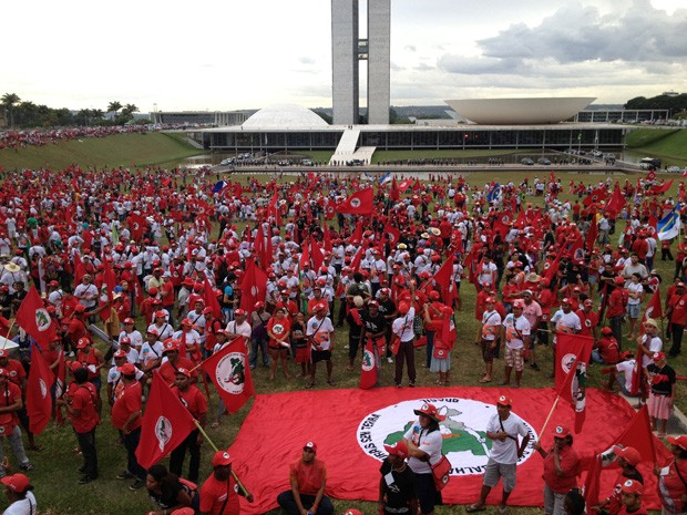 Integrantes do MST ocupam o gramado do Congresso Nacional (Foto: Felipe Néri / G1)