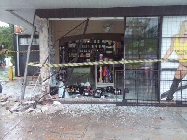 Carro colidiu contra loja de suplementos em Bauru durante a madrugada (Foto: Divulgação/Emdurb)
