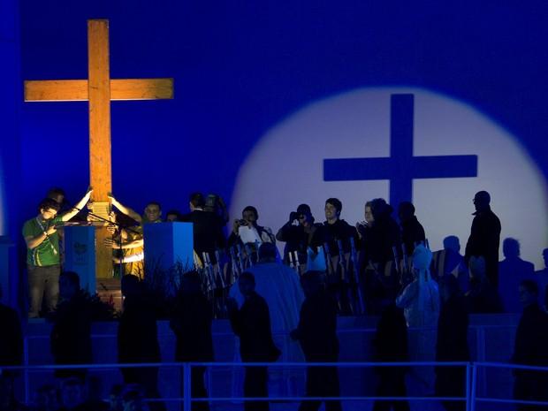 Cruz peregrina chega ao altar no Rio de Janeiro (Foto: Silvia Izquierdo/AP)