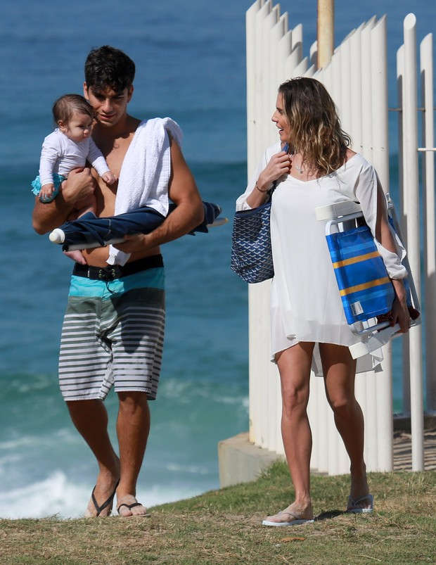 Deborah Secco vai com marido e filha à praia (Foto: Dilson Silva/AgNews)
