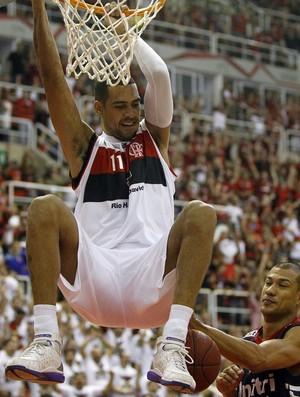 Marquinhos enterrada final NBB Flamengo basquete (Foto: Ricardo Ramos/LNB)