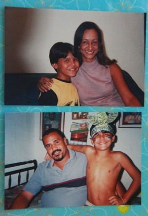 Rodrigo abraça os pais em fotos do album de família no ano em que chegou à nova casa.  (Foto: Tânia Margareth/Arquivo Pessoal)