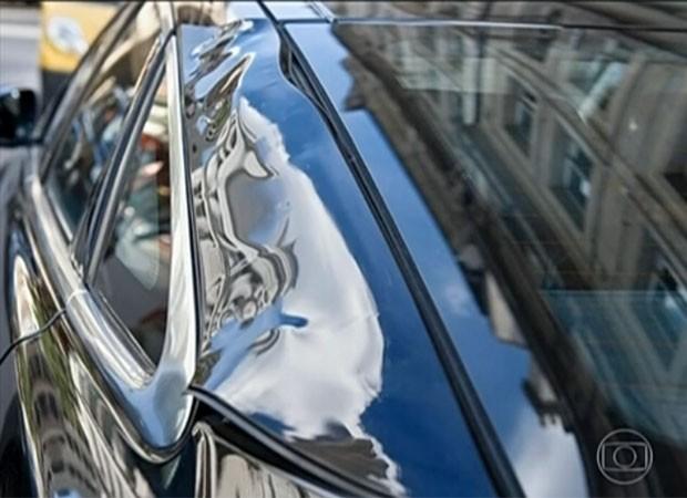 Retrovisor e emblema da marca derreteram e uma das laterais do veículo ficou deformada pelo reflexo do sol (Foto: Reprodução/TV Globo)