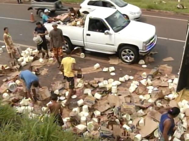 Moradores puderam pegar produtos depois que empresa liberou (Foto: Reprodução / TV TEM)