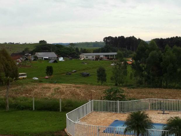 Segundo moradores, sem terras montaram diversas barracas nos sítios ocupados na madrugada desta quarta (9) em Quedas do Iguaçu (Foto: Araupel / Divulgação)
