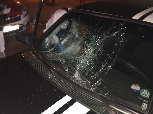 Adolescente quebrou o para-brisa de um carro durante surto (Foto: Walter Paparazzo/G1)