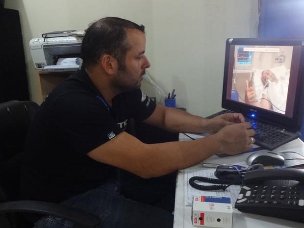 Gustavo Riet, 34 anos, observa a foto tirada enquanto estava hospitalizado (Foto: Felipe Truda/G1)