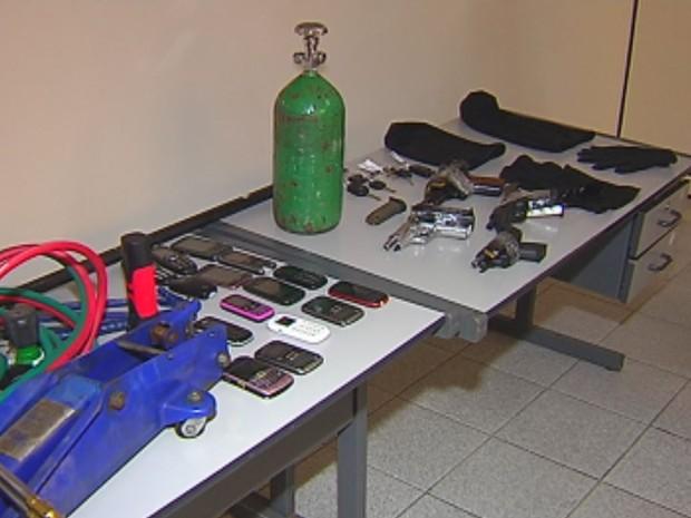 Materiais que seriam usados nos assaltos também foram apreendidos (Foto: Reprodução / TV TEM)