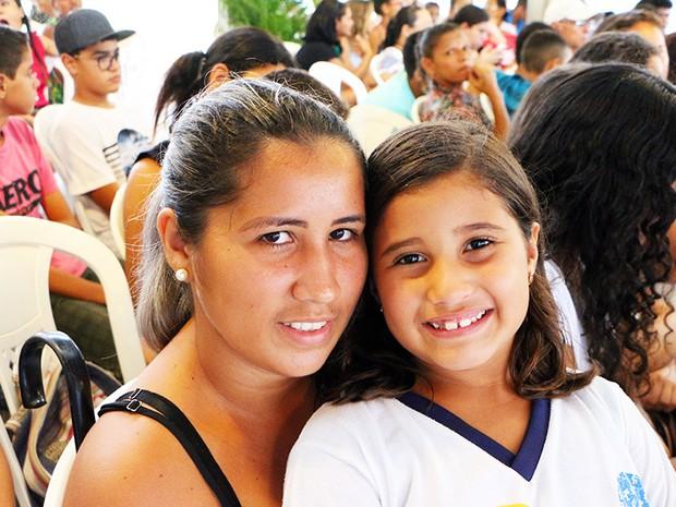 """""""Feliz em saber que as atividades vão continuar"""", disse a cabeleireira Thaysa Ferreira, mãe de Jhuly (Foto: Ivanízio Ramos/Assecom Governo do RN)"""