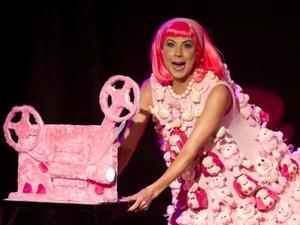 Ângela Dip interpreta repórter cor-de-rosa na peça que estreia em Campinas (Foto: Heloisa Bortz)