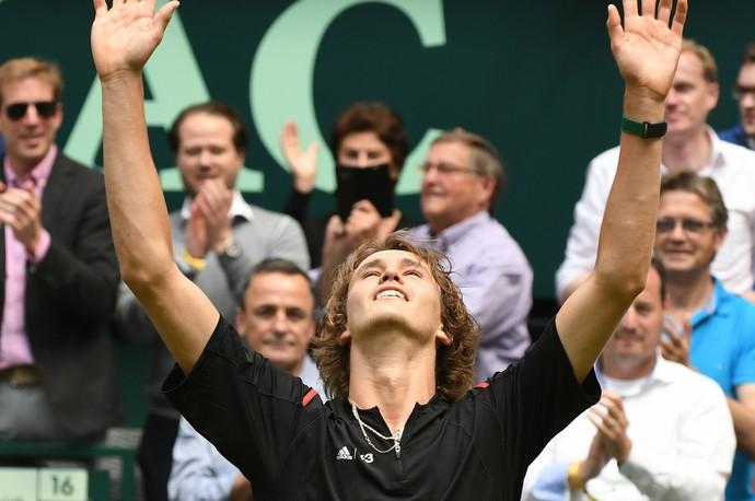 Alexander Zverev vence Federer em Halle (Foto: AFP)
