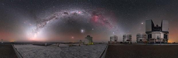 céu noturno acima do Very Large Telescope do ESO (VLT) mostra a vizinhança cósmica em todo o seu esplendor (Foto: P. Horálek/ESO)