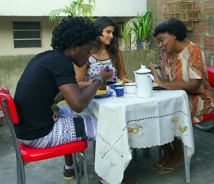Lívia faz de tudo para agradar a dona Sandra (Foto: TV Globo)