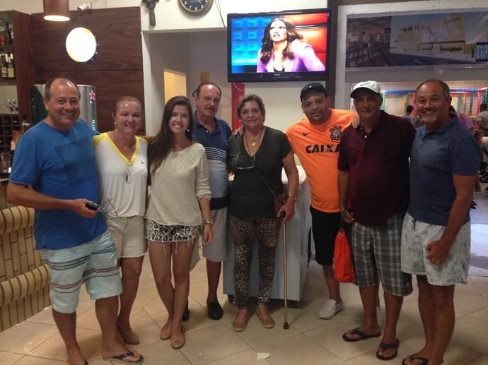 Amigos de Santa Cruz de Monte Castelo, cidade vizinha à ilha onde Wagner vive (Foto: Divulgação/RPC)