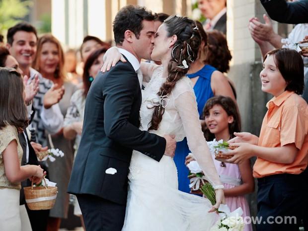 Gina e Elias se beijam após trocarem juras eternas de amor (Foto: Pedro Curi/TV Globo)