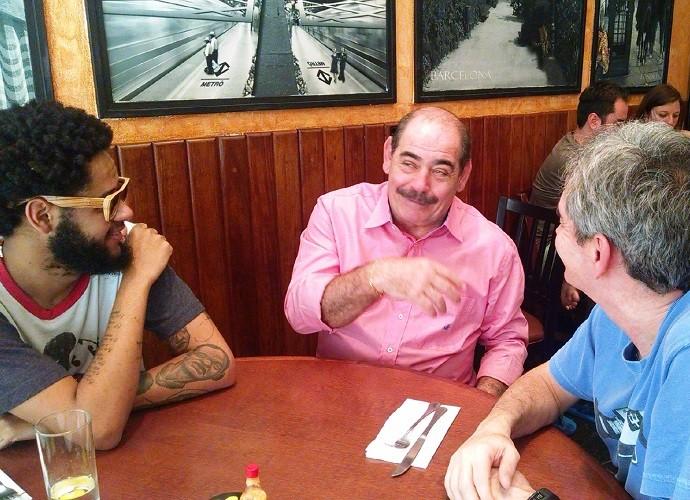 Serginho acompanha almoço de Emicida e Rivellino (Foto: TV Globo)