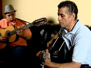 Pai ensinou instrumento quando filho ainda tinha seis anos (Foto: Felipe Lazzarotto/ EPTV)