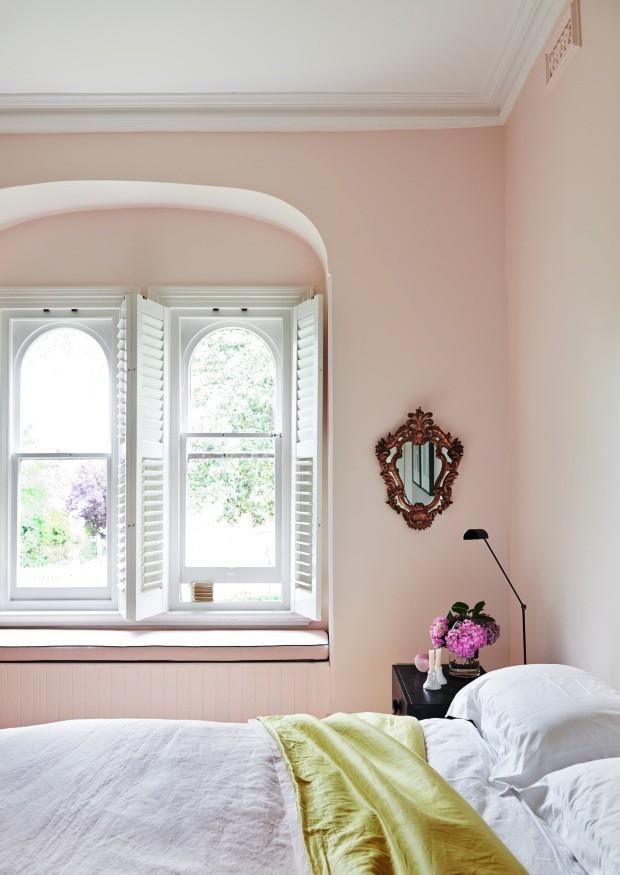 Quarto. Paredes rosadas trazem tranquilidade. Destaque para as janelas de formato arquitetônico clássico e o suave toque de cor da colcha de seda (Foto: Lisa Cohen / Living Inside)