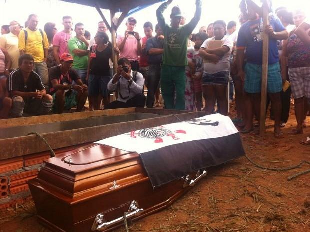 Luciano foi enterrado em Humaitá; família estava muito comovida (Foto: Keyla Xavier/TV Rondônia)