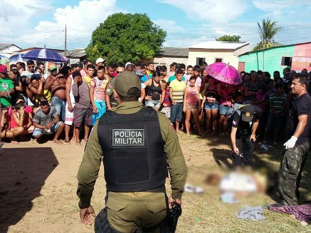Crime aconteceu um campo de futebol na Rua Antônio Simões com Tauari (Foto: Roberta Freitas/TV Tapajós)