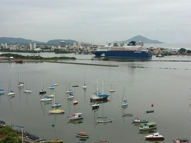 Transatlântico Zenith chegou em Itajaí na manhã desta quinta (4) (Foto: Luiz Souza/RBS TV)