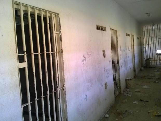 Presos fugiram por buraco feito na parede do corredor (Foto: Eduardo Rodrigues/Inter TV Cabugi)