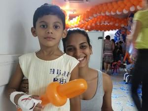 Samuel Lorhan, de 5 anos, se divertiu ao lado da mãe, a estudante Adezuíta Pinto (Foto: Toni Francis/G1)