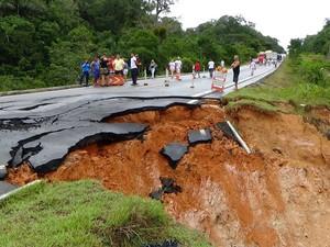 Trecho da BR-174 cedeu e a rodovia está interditada (Foto: Jackson Salvaterra/TV Amazonas)