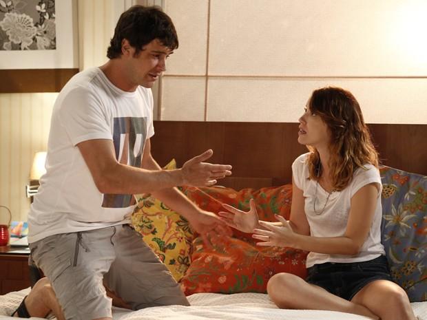 Laura tenta acalmar amado, mas ele fica exaltado (Foto: Fábio Rocha/Gshow)