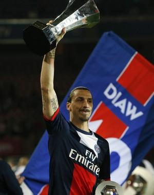 Ibrahimovic com a taça do PSG (Foto: Reuters)