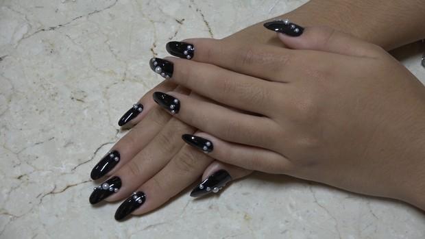 Nail art com pérolas falsas nas unhas garante visual estiloso (Foto: EGO)