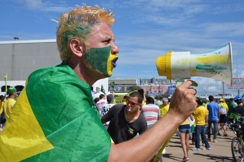 Manifestante protesta contra o governo federal em Brasília (Foto: Agência Brasil)