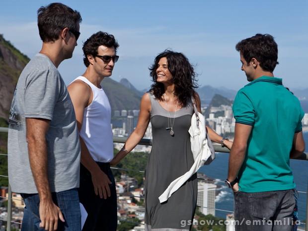 O elenco em total descontração e sintonia. E que paisagem! (Foto: Inácio Moraes/TV Globo)