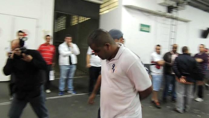 Torcedor da Jovem do Sport preso em São Paulo (Foto: Elton de Castro)