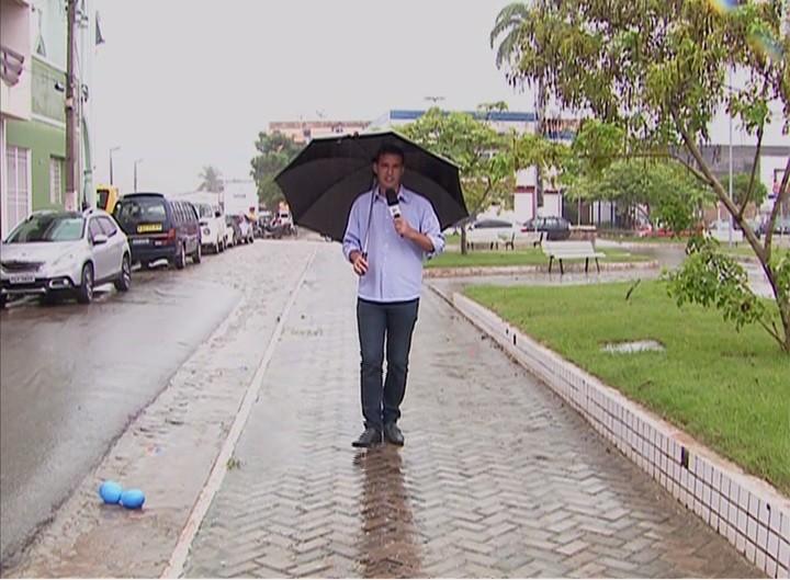 Repórter Magno Wendel em praça reconstruída após enchente em Palmares (Foto: Reprodução/ TV Asa Branca)